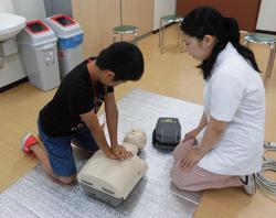 写真:AEDを用いての心肺蘇生法体験2