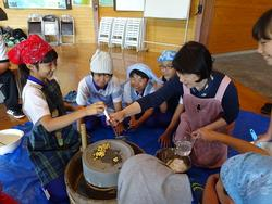 写真:海水を用いた豆腐づくり体験2